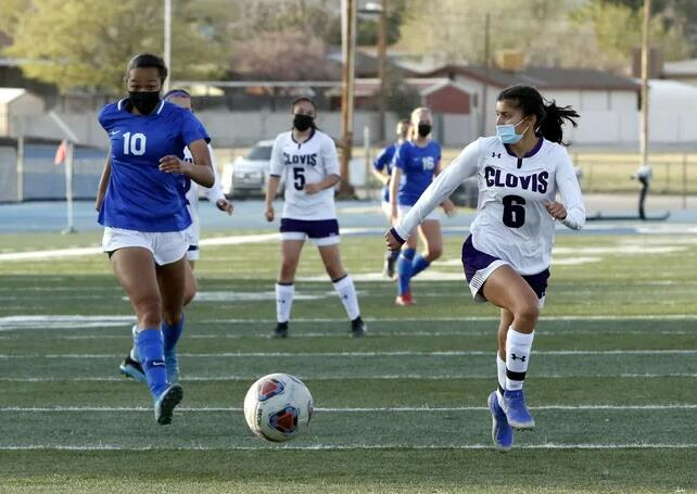 Cavegirls足球队准备对阵对手克洛维斯的重要主场比赛