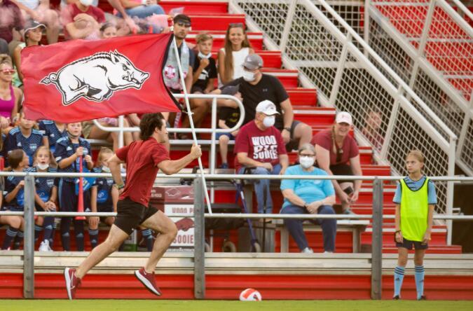 周五晚足球纪念高年级学生对密苏里州