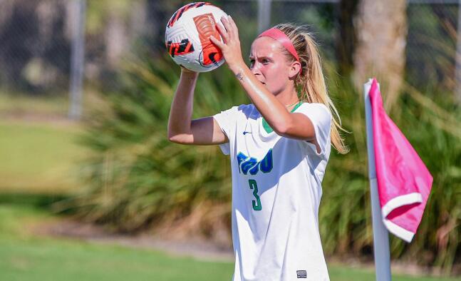 女子足球在常规赛中上路最后一次