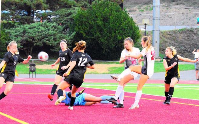 女子足球队在米勒斯维尔后期进球